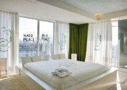 John en Yoko suite Hilton Amsterdam bed
