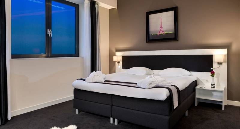 Black & White suite Rotterdam Airport kingsize bed