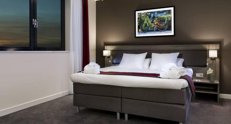 Junior suite Wings Hotel Rotterdam Airport kingsize bed