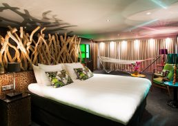 Luxe Jungle suite Hotel Schiphol A4 kingsize bed